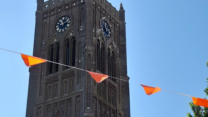De oranje vlaggetjes in de Kerkstraat in Mill