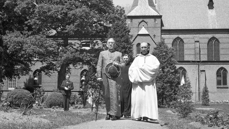 Kardinaal De Jong tijdens zijn bezoek aan het trappistenklooster Sion in Diepenveen in 1950. Beeld anp