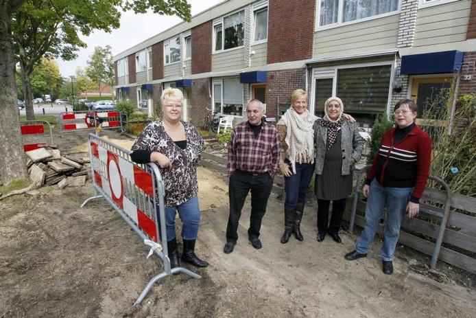 De buurtbewoners van de Waalstraat in Apeldoorn balen dat na zes gesprongen waterleidingen het waterbedrijf Vitens niet voor een structurele oplossing zorgt. Pas volgend jaar worden de leidingen vervangen. foto Cees Baars