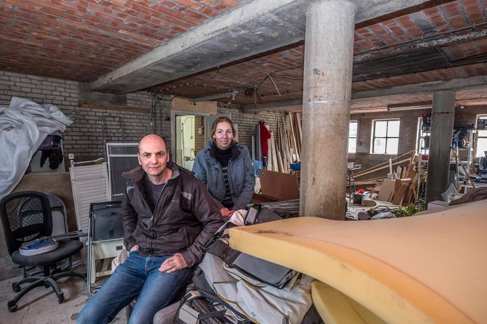 Maarten en Katrine Huijbers in hun boerderij aan de Thornsestraat.
