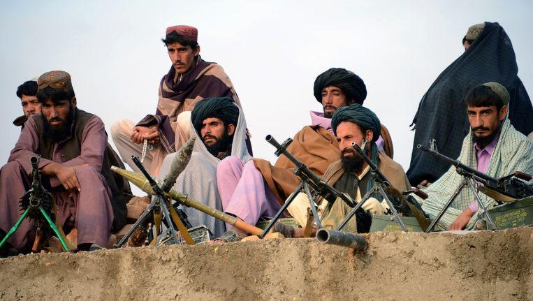 Taliban-strijders luisteren naar een toespraak van Mullah Mohammad Rasool. Beeld afp