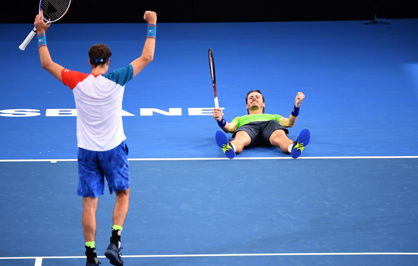 Wesley Koolhof is er in de Pat Rafter Arena in Brisbane van pure vreugde bij gaan liggen: zijn vierde ATP-titel - de eerste met Marcus Daniell (links) - is een feit.