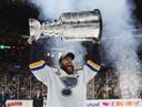 Aanvoerder Alex Pietrangelo viert feest nadat de St. Louis Blues de Stanley Cup hebben gewonnen.