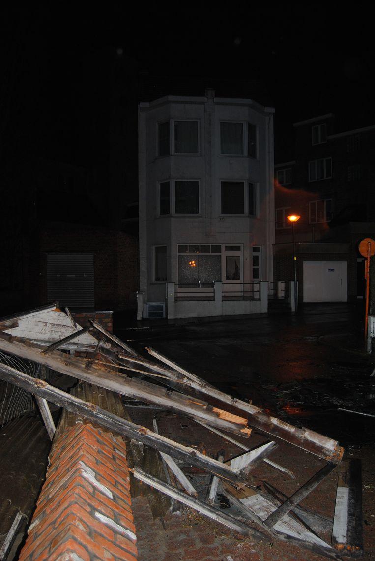 Een stuk dak is weggewaaid in de Bortierlaan in De Panne.