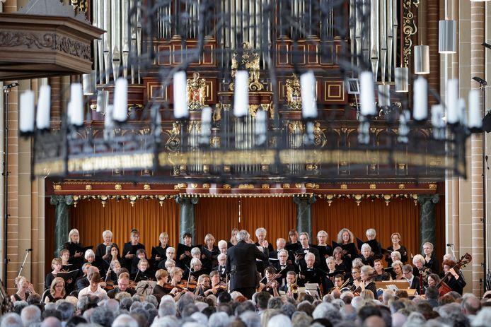 Mozart in Zutphen. Diverse koren brengen muziekstukken van Mozart ten gehore in de Walburgiskerk.