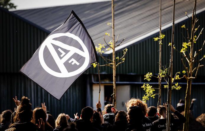 """2019-05-13 17:02:35 BOXTEL - Dierenrechtenactivisten van ÔMeat the VictimsÕ houden in Boxtel een varkensfokkerij bezet. Een deel van hen heeft zich binnen verschanst. De activisten willen de media toegang geven tot de gebouwen om ,,de maatschappij te confronteren met het leed"""" dat volgens hen schuilgaat achter de deuren van de Nederlandse boerderijen. ANP ROBIN VAN LONKHUIJSEN"""