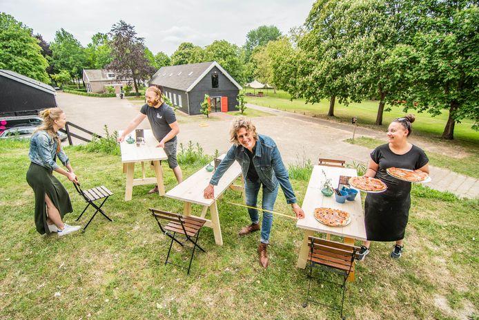 Martijn Geerdes werkt samen met zijn team aan het naar eigen zeggen grootste terras van de regio Utrecht. Met tafels 160 centimeter diep kunnen ook koppels voldoende afstand houden. Voor gezinnen zijn speciale gezinstafels gebouwd.