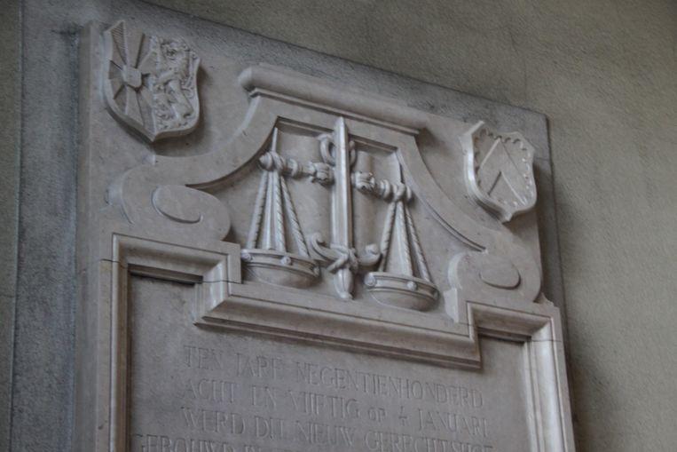 De weegschaal van Vrouwe Justitia in het gerechtsgebouw in Kortrijk.