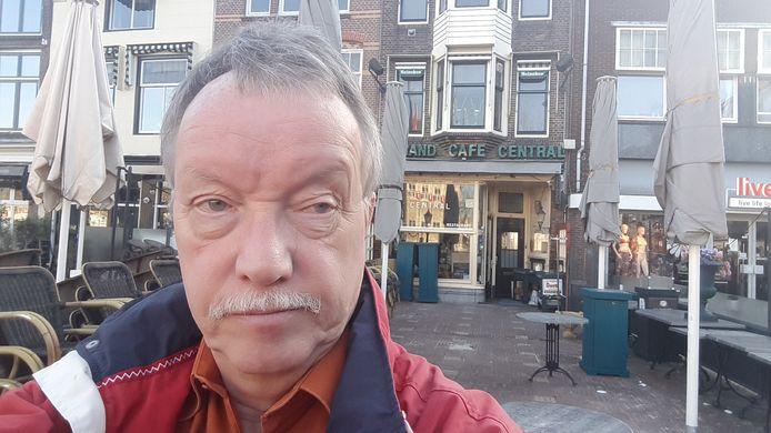 Verslaggever Ruud F. Witte voor de deur van zijn lievelingskroeg.