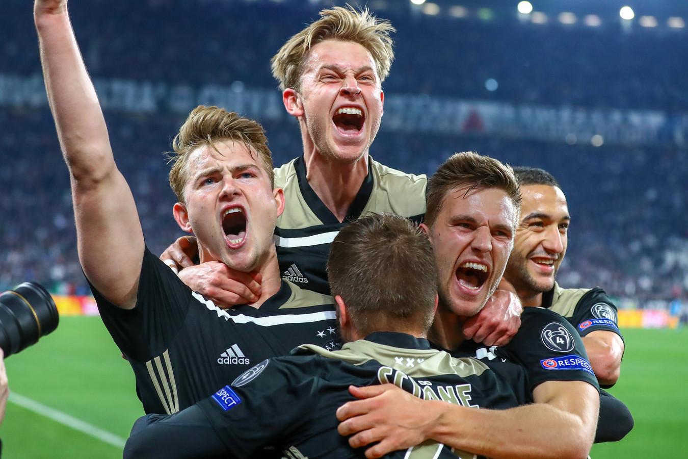 Vreugde bij d spelers van Ajax na de 1-2 van captain Matthijs de Ligt (19) tegen Juventus.
