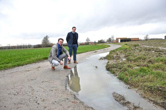 Gemeenteraadsleden Gert-Jan Hovaere (links) en Aäron Pattyn kaartten de slechte staat aan van sommige landelijke wegen aan