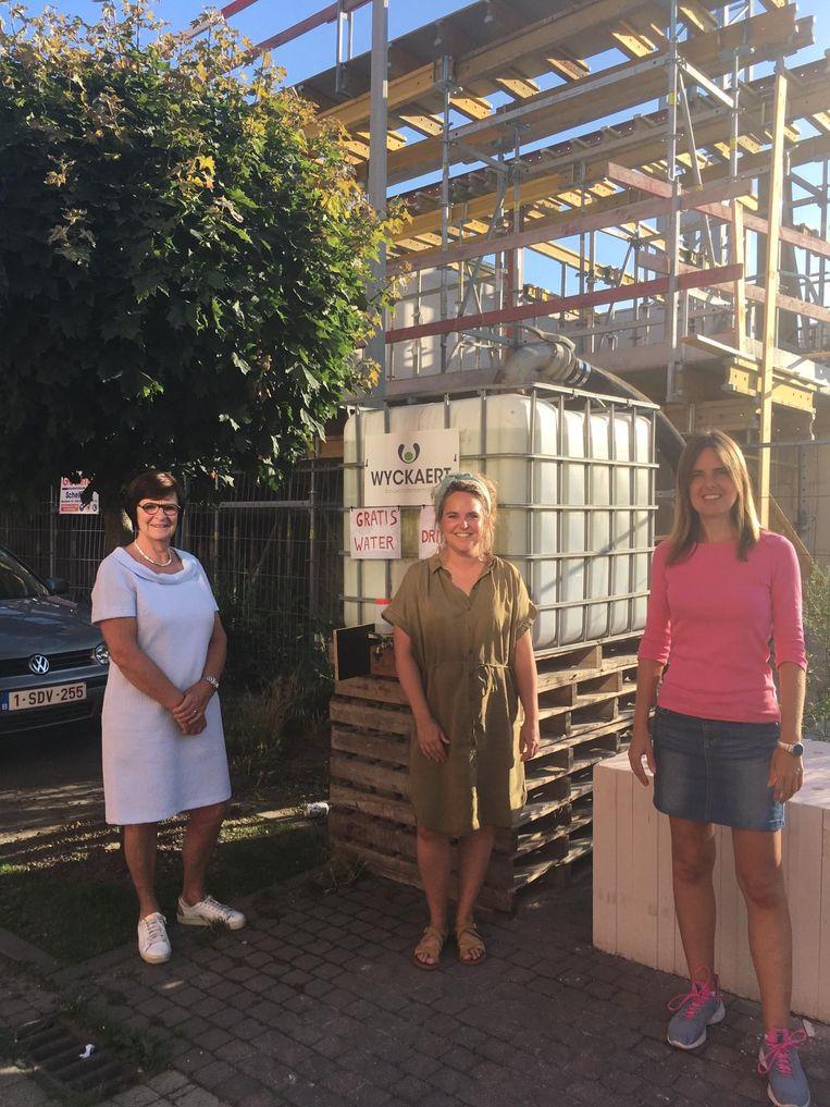 Vera Van Der Borght, Silke Van Vaerenbergh en Caroline De Meerleer in de Brouwerijstraat, waar de buren dankzij de aannemer Wyckaert opgepompt water kunnen aftappen.