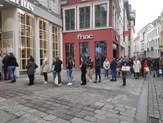 Nog snel shoppen voor de lockdown: lange rijen voor winkels in Gentse binnenstad