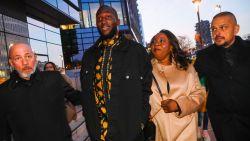 Lukaku neemt mama Adolphine mee naar Fashion Week en brengt ook Donatella Versace in de zevende hemel