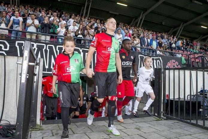 Sjoerd Ars betreedt het veld in wat waarschijnlijk zijn voorlaatste wedstrijd is geweest voor NEC, tegen Excelsior.