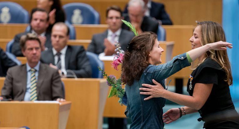 Marianne Thieme (rechts) krijgt een bos bloemen van Esther Ouwehand tijdens haar afscheid in de Tweede Kamer in oktober. Beeld Freek van den Bergh / de Volkskrant