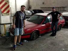 Verlaten autozaak geeft na dertig jaar 'schat' aan ongebruikte auto's prijs