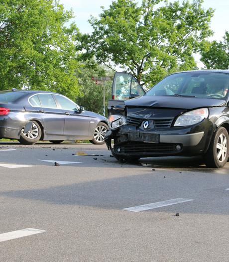 Twee auto's betrokken bij botsing op Steenakker bij Oploo
