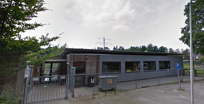Kinderopvang De Trommelaar in Maarn, met op de achtergrond de hoogspanningsmast.