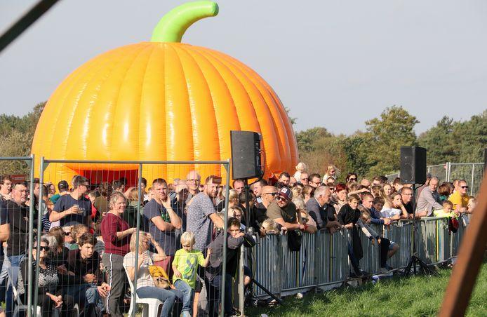 Het BK Pompoenschieten lokte veel kijklustigen naar de wedstrijdvelden in Kasterlee