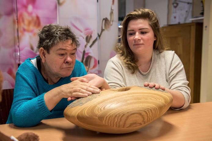 Cliënte Pam en stagiaire Kimberly van der Bent proberen samen de CRDL uit.