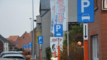 """Stad pakt 'borditis' in Outerstraat en Bovenhoekstraat aan: """"Binnenkort van 42 naar 6 parkeerborden"""""""