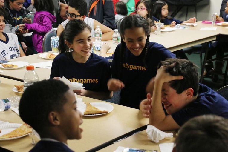 De leerlingen van St. Thomas the Apostle in de kantine van de school. Beeld getty