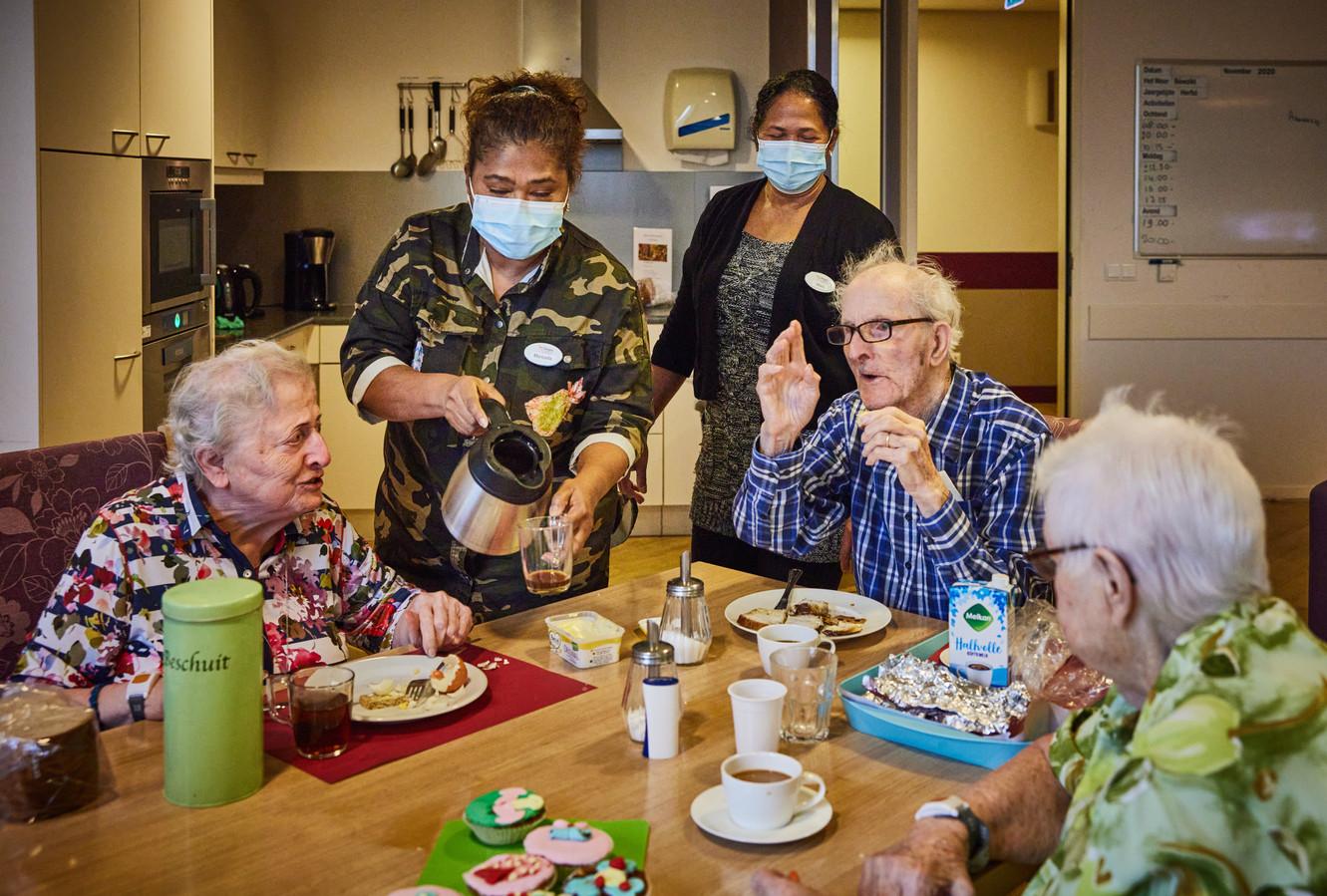 Maricella en Mala werken bij Van der Valk Blijdorp. Nu springen ze tijdelijk bij als gastvrouw in verpleeghuis DrieMaasStede in Schiedam, zodat het zorgpersoneel zich meer kan focussen op de zorg.