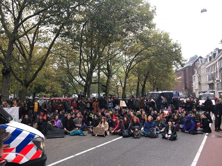 De demonstranten organiseerden maandag een tweede blokkade nadat de eerste door de politie werd verwijderd. Beeld Meike van Herk
