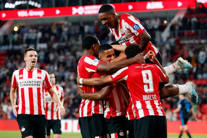 Denzel Dumfries zorgde voor de 3-0 en daarmee een klein feestje bij PSV.