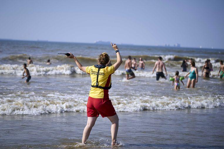 De reddingsbrigade op het strand van Scheveningen in Den Haag, waar stroming en wind zondag zorgden voor een verraderlijke zee. Er werden tientallen mensen uit zee gehaald.