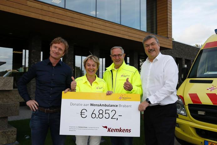 Leny Hoyng en Jan van de Schoot van De WensAmbulance nemen de cheque in ontvangst.
