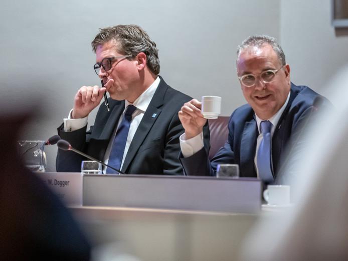 Wethouders René de Heer (links) en William Dogger hebben zich maandagavond in een stevig en lang raadsdebat verantwoord voor een illegaal trouwfeest in een natuurgebied bij Zwolle.