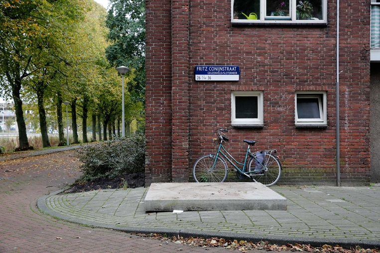 Een betonnen plaat dekt de ondergrondse vuilcontainer in de Amsterdamse Fritz Conijnstraat af waar een pasgeboren baby in werd gevonden. Beeld anp