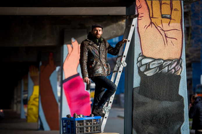 Graffitikunstenaar Niels Bakkerus verfraait de pilaren op het Strijps Bultje.