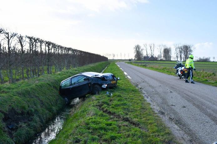 De auto kwam door onbekende oorzaak in de sloot tot stilstand.