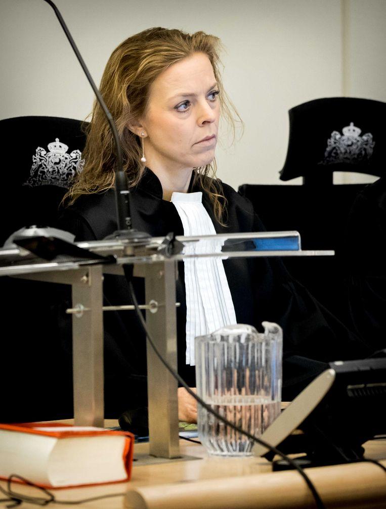 Officier van justitie Greetje Bos in de extra beveiligde zittingszaal in de rechtbank van Rotterdam voor de inhoudelijke behandeling in de zaak rondom No Surrender-oprichter Klaas Otto. Beeld ANP
