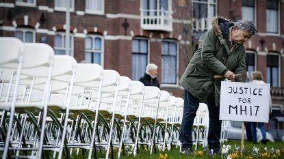 Nabestaanden MH17 plaatsen 298 lege stoelen aan Russische ambassade in Nederland