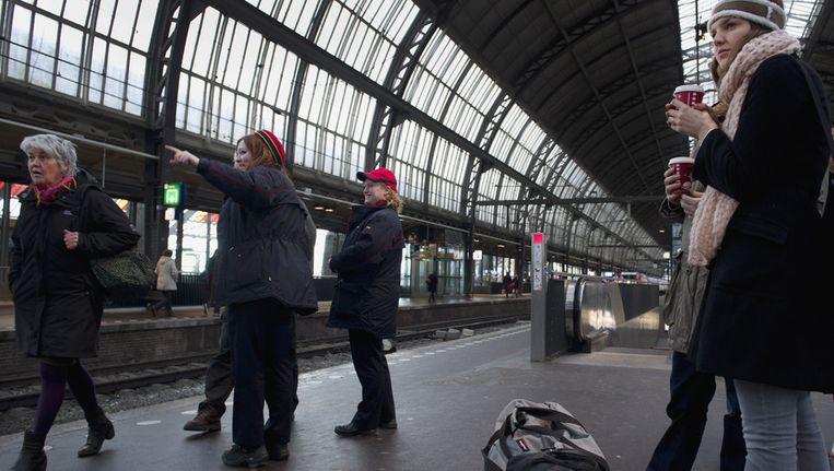 Spoormedewerkers en reizigers wachten op de komst van de Fyra. Beeld ANP