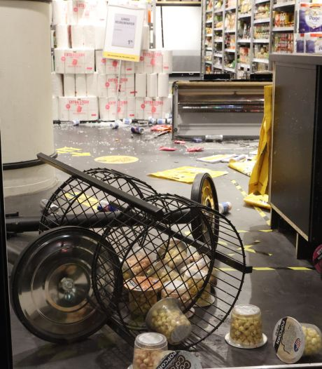 Relschoppers laten spoor van vernieling achter in Den Bosch, eigenaresse geplunderde winkel: 'Sta te trillen op mijn benen'