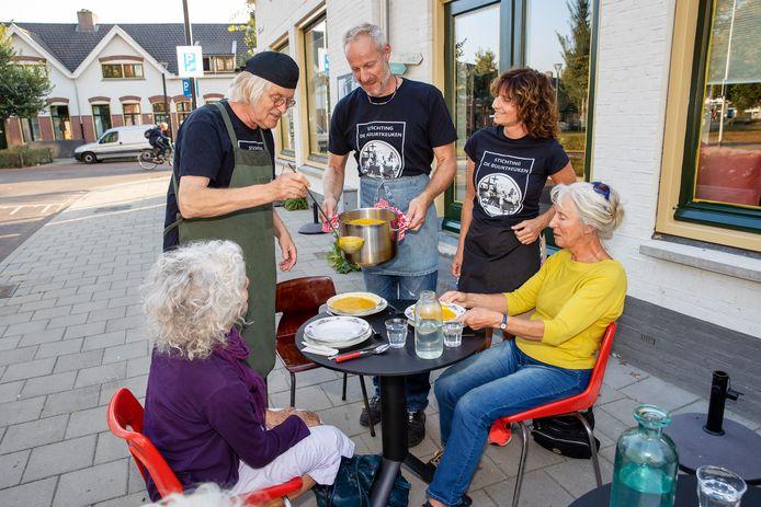 De Buurtkeuken-Philipsdorp zit bijna elke maandagavond vol. Zoals afgelopen maandag met staand tussen hun gasten vlnr Feye Oosterhof, Frank Bloem en Suzanne van de Leur.