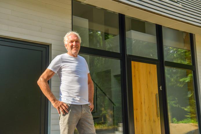 Henny Pardoel bij zijn passief huis in aanbouw in Schuttersbosch.