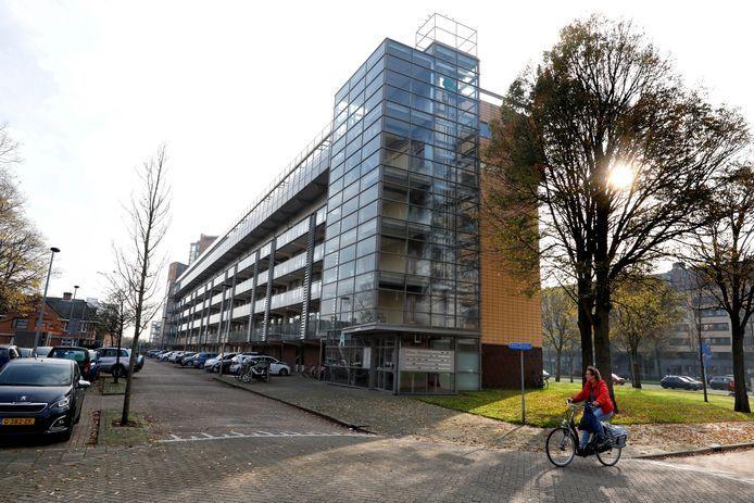 De flat in Maassluis waar de groepsverkrachtingen in een kelderbox plaatsvonden.