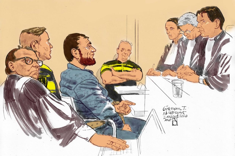 Rechtbanktekening van verdachte Gokmen T., de verdachte van de schietpartij in een tram op het 24 Oktoberplein in Utrecht in maart 2019. Links van hem zijn raadsman Andre Seebregts. Beeld ANP