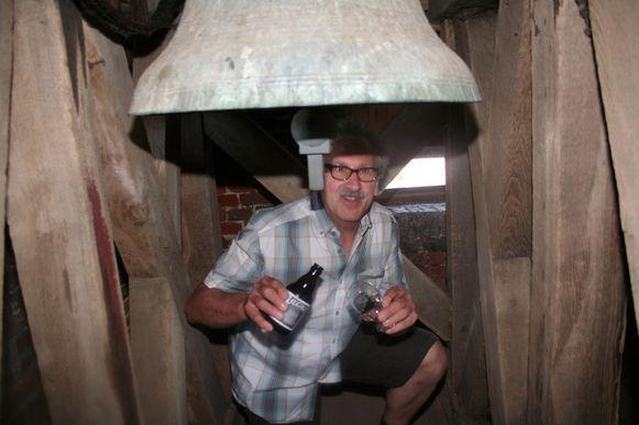Rudy Scheys met zijn klepelbier naast de 60-jarige klok hoog in de klokkentoren van Sint-Maarten