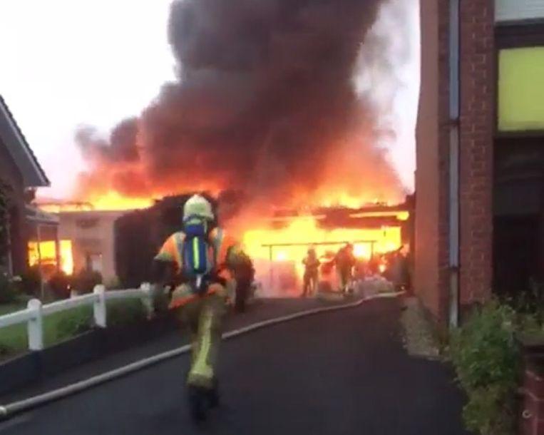 Sergeant brandweerman komt met de schrik vrij bij zware loodsbrand