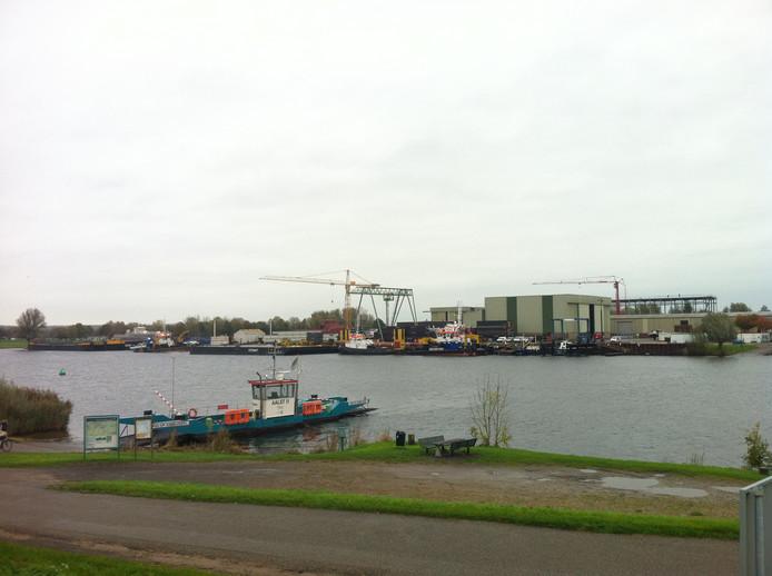 De veerpont van Riveer tussen Aalst en Veen.