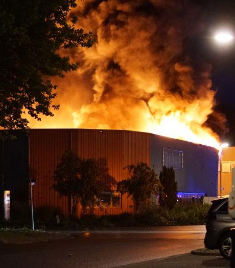 Brand verwoest groot deel van bedrijfspand in Deventer, oorzaak nog onduidelijk