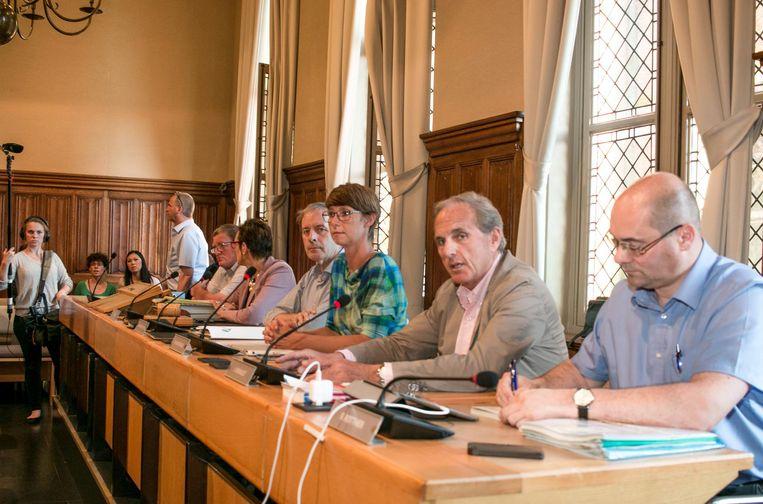 SVK-directeur Walter Verhaert (tweede van rechts) tijdens de speciale gemeenteraadscommissie.
