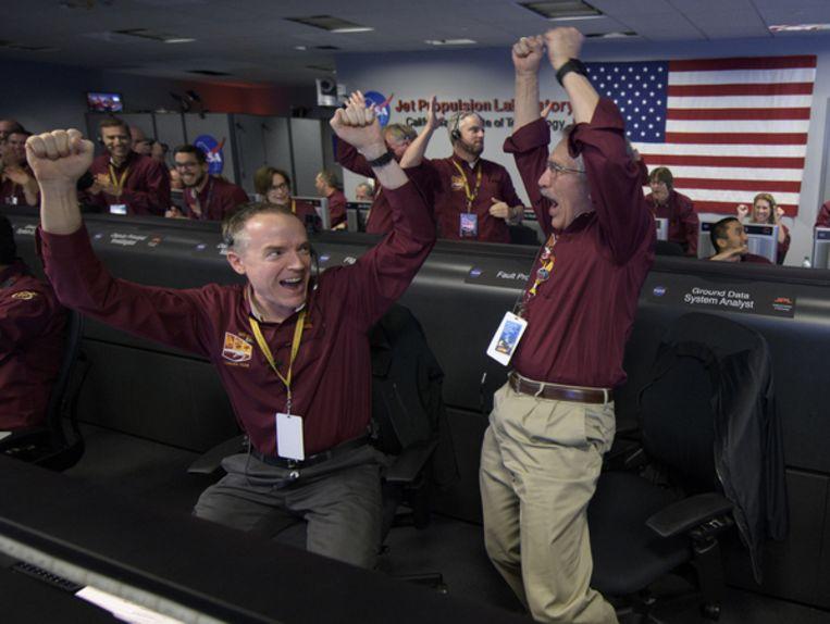 Medewerkers van NASA juichen nadat het bericht is binnengekomen dat InSight veilig geland is op Mars. Beeld Getty Images